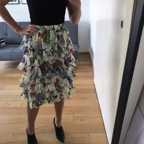 Højtaljet nederdel i det skønneste blomsterprint fra H&M Trend. Købt til et bryllup, hvor den ikke kom på.  Nypris 549,- Bytter ikke.