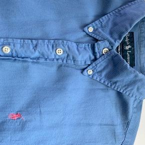 Lyseblå Ralph Lauren skjorte. Oxford Custom Fit. Str. L. Originalpris: 799 kr. I god stand, men er falmet lidt farven omkring kraven.