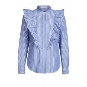 Sød blå/ hvidstribet skjorte fra Oui, fremstår nærmest som ny, brugt et par gange. Bryst 2x55cm., længde fra nakke og ned 66cm. Spørg endelig :-)