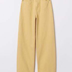 Gule wide jeans fra H&M  Har en lille græsplet som kan ses på sidste billede men er ikke noget man lægger mærke til
