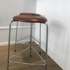 Antikke High Dot™ barstol udgået model med 3 forkromet stålben og rød/brunt læder. Original betræk, meget velholdt! Købt hos Roxy Classic for nogle år siden, kvittering haves.   Passer perfekt til køkken/kogeø, men er flyttet  og derfor sælges de  Designer: Arne Jacobsen Brand: Fritz Hansen Varetype: Barstole Farve: Brun  Højde 63 cm Diameter på sæde: 35 cm  Prisen er pr. stk.