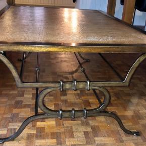 Unikt og stort sofabord beklædt med slangeskind på bordpladen. Mål: H: 52 cm, B: 89, L: 138 cm Nypris 6000kr, sælges for 600kr Bud modtages 🙃