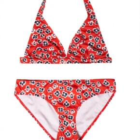 Helt ny bikini fra Nue notes. Bikinien er aldrig brugt og med mærker. Modellen hedder Chrissy.   Bikini Farve: Rød Oprindelig købspris: 900 kr.
