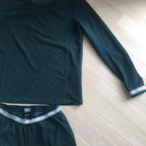 Grønt glimmersæt fra Object, str. M. Brugt få gange, men har dog lidt fnuller nogle steder efter vask. Sættet er derudover i fin stand.