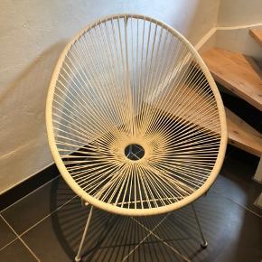 Fin hvid stol købt i Bahne  Stolen fremstår næsten som ny, da den kun har stået til pynt. Har altid haft et lammeskind på sig