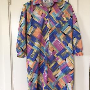 Vintage kjole købt herinde som jeg desværre ikke får brugt. Kan styles med et bælte i taljen. Står str 40 i størrelse, men da den er vintage svaret det nok mere til en nutidig 38 - selvfølgelig alt efter hvordan man ønsker den sidder