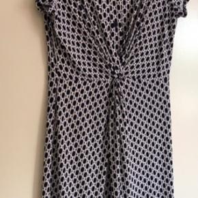 In-Front - Fin sommerkjole i et flot sort - hvid mønster. Kjolen er krølfri, så nem at have med på ferie mm Størrelse 40.  Køber betaler Porto med 45 kr.