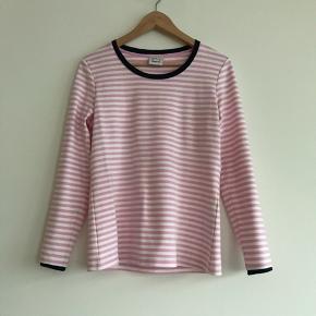Lækker bluse fra Karen by Simonsen i str. S i lyserød. Brugt en gang, og er derfor i rigtig fin stand.   Kan afhentes i Ørestad eller sendes på købers regning.
