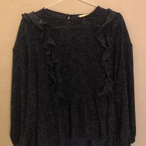 H&M Bluse, Næsten som ny. Odense - Sælger denne super fine bluse; brugt få gange og fejler intet. Np: ca 250kr Mp: 80kr Er til at forhandle med, så bare byd! Nogle spørgsmål smid en kommentar eller en privat besked?. H&M Bluse, Odense. Næsten som ny, Brugt og vasket et par gange men uden m