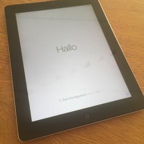 IPad 2 Sort/Silver (Model nr A1395) iPad 2 sælges da den ikke bliver brugt mere. Den er i fin stand og fejler ikke noget. Holder strøm i virkelig lang tid.  - God som børnenes første tablet.  - Perfekt til brug som e-bog, søge på nettet, skrive noter, streame tv osv.  iPad'en er nulstillet og klar til ny ejer.  Opladerkabel følger med.