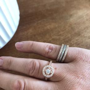 Varetype: Smykker Størrelse: 52 Farve: Hvid/ rose Oprindelig købspris: 3900 kr. Prisen angivet er inklusiv forsendelse.  Diverse PANDORA ringe i sølv & Rose. Alle ringene er i str. 52. Ringene sælges kun samlet. Ingen henvendelser på enkelte ringe.