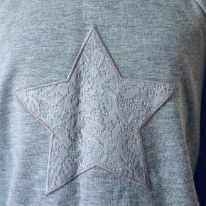 Jeg sælger denne her søde langærmede t-shirts fra Friboo. Den er aldrig blevet brugt, det er en str. 134-140(9-10 år). Kommer fra et ikke ryger hjem. Jeg sender gerne mod betaling.