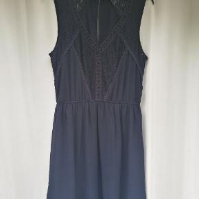 Fin blonde kjole fra Only. Kun brugt to gange og er som ny.