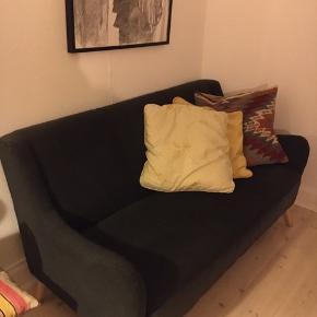 Super mørkegrå sofa som ikke fylder for meget! Perfekt til en lille stue. Den er købt som ny for 3 år siden. Længde 150 cm. Dybde 60 cm.