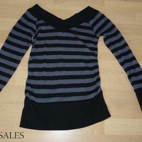 Sød stribet bluse fra Fransa. Godt brugt, men kan stadig bruges.  Bluse med V-duskæring for og bag Farve: Sort/Grå