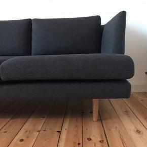 Sofa (model: Floyd) fra Sofacompany/Sofakompagniet. Farve: Mørk grå. 1,5 år gammel i god stand. Sælges fordi jeg skal flytte og ikke kan have den med.  Se specifikationer på sidste billede.