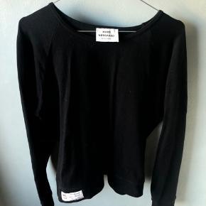 Trøjen i sort, kan også købes med i rød. Ved køb af begge trøjer gives der rabat.