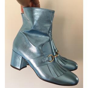 Sælger disse overdådige og Elsa agtige støvler fra Billi Bi, da jeg ikke får dem brugt så meget som ønskede. Ny pris var 1800,-. Kassen haves stadig. Str 38. De er i det blødeste skind samt er i den flotteste blå shine farve, såå fine til kjoler og med bare ben hertil sommer. De har lidt brugstegn (se billeder). Dog ikke noget der ses når de først kommer på. De er brugt et par gange.  #trendsalesfund