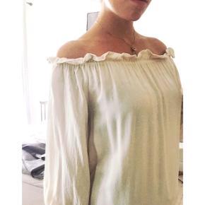 Creme farvet Gina Tricot bluse  Der er stropper i hvis man ønsker at bruge dem Kun brugt en enkelt gang  Str 38