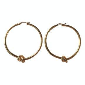 Smukke og ikoniske Céline knot øreringe. Brugt få gange, derfor sælges de. Dia. 5 cm Indgraveret med Céline signatur og nikkelfri. Fås stadig hos Céline (nypris 2950,-)  Pris 2000,-