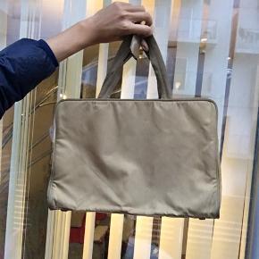 Prada taske kan rumme en Macbook 13 Har lidt mærker i kanten pga farven men ellers fejler den intet