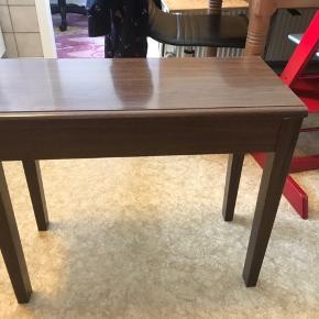 Fint lille palisander bord, som kan åbnes så man kan opbevare noget i det. Mål: B30,L,66 H,56 Mp250kr el kom med et bud Afhentes Sdr.bork el kan tages med til Varde el Årre