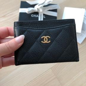 Smuk Chanel kortholder / pung i Caviar læder og med gold hardware❤️   Den er i super fin stand😊  Kvittering medfølger.  Koster 2.590 kr. i butikken.