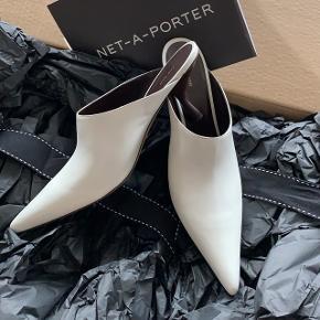 Spritnye The Row mules, købt fra Net-a-Porter i februar 2019.  100% Fejlkøb.   Str. 40.5  Aldrig brugt.  Nypris: 6100  PRIS: 5000  Bytter ikke!