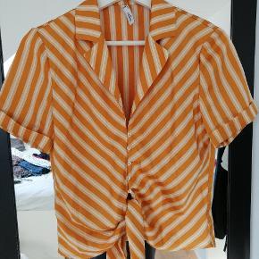 Fin orange/stribet tshirt/skjorte fra mango. Ikke brugt særlig meget.