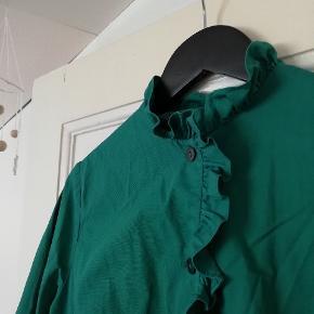 Smuk vintage skjorte med flæser. Ingen størrelse i, vil skyde på en S eller M. Den er cropped med korte ærmer, farven er mere varm i virkeligheden
