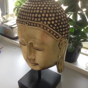 Thailandsk Buddha i træ.  Rigtig pæn og velholdt uden brugsspor.  H 40 B 20 cm.