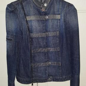 """Varetype: Armani Denim Jakke Farve: Denim Prisen angivet er inklusiv forsendelse.  Fed jakke fra Armani Jeans. Har så meget style, at man ikke behøver andet end en T-shirt og et par alm jeans for at være """"dressed up"""". Kanon flot. Næsten ikke brugt.  Pris inkl porto."""
