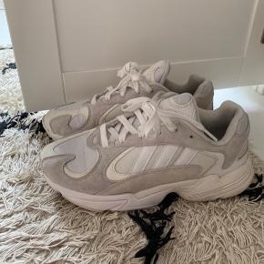 Adidas Yung-1 sneakers i farven hvid/creme. Brugt 2 gange - så fremstår som nye.  Normale i størrelsen. Bytter ikke!