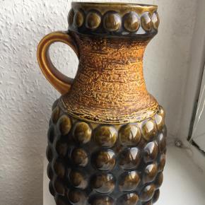 Super smuk tysk vase på 32 cm sælges. Den er i grønne og gule nuancer og rigtig fed og retro.   Absolut Ingen skader, hel og fin!   Vase, West Germany, tysk, keramik