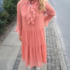 Fin kjole, hvor underkjole medhører - den er derfor ikke gennemsigtig. Lidt stor til mig. Forbeholder mig retten til ikke at sælge, hvis ikke det korrekte bud kommer :-)