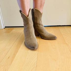 Super fede cowboy støvler. Nypris 1200,-kr