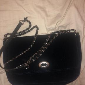 Hej jeg sælger denne mørkeblå taske med sølv kæde. Remmen kan reguleres.  Ellers byd:)