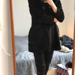 Kort faix fur-frakke fra Ganni. Passer en str. 36-38. Modellen hedder 'Persian'. Afhent i Aalborg eller DAO for 37,5.     #30dayssellout
