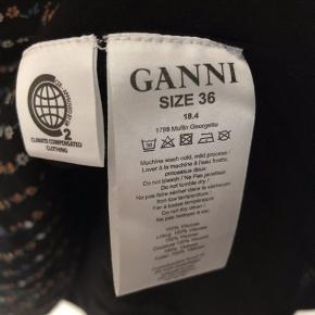 Ganni georgette dress with long sleeves and hidden zip at the back. True to size, loose fit. Np 1200 Mp 600 Bit 650