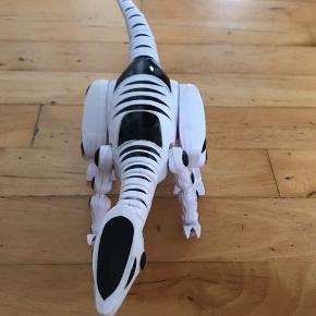 Dinosauren går selv, er med lyd og har lys i øjnene.
