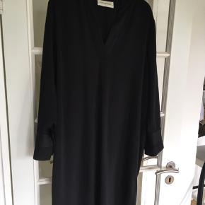 Brugt få gange Elegant sort Kjole fra Malene Birger. Model Ekulla.  Flot v udskæring og smukke detaljer og manchetknap på skjorteærmer.