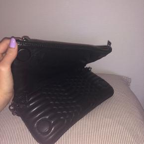 Den er kun brugt 2-3 gange, sælger den så en anden kan få glæden af denne smukke taske, da jeg bare ikke får den brugt nok   BYD endelig