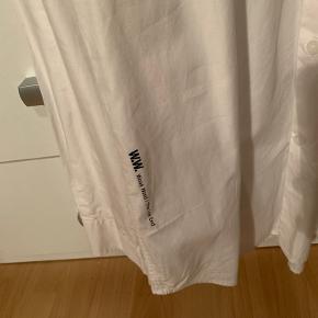 En virkelig lækker skjorte.  Den er ikke blevet brugt, da den altid har været lidt for stor til mig Fitter større, omkring en +-180 perfekt alt efter ønsket fit