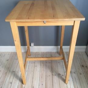 Velholdt bord fra Ikea. Måler 102cm i højden, 70cm i længden og 70cm i bredden. Skal hentes på 2. Sal på Frederiksberg. Afhentes hurtigst muligt.