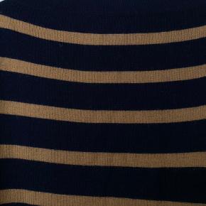 Super fin strik i 50% akryl, 50% uld fra Mads Nørgaard i farverne mørkeblå og brun/ camel. Brugt få gange fremstår i god stand.