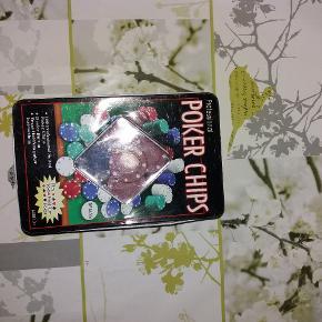 Låget er lidt bøjet, men kan side på. Den indeholder chips, til at spille poker med, der er ca 200 af dem, af grøn, blå, hvid, sort og rød.