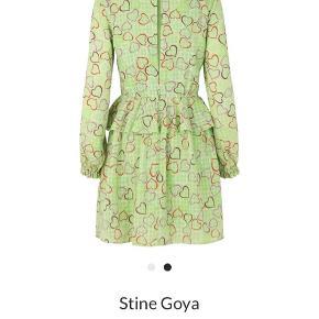 Stine Goya Christine Kjole Hearts Poly  Fineste kjole fra Stine Goya.  Denne kjole er grøn og har det smukkeste mønster i fine pastelfarver. Kjolen har flotte frynsedetaljer ved ærmerne, halsudskæringen og ved taljen. Ved taljen sidder den tæt, hvilket får den til at falde super flot. Kjolen lukkes med en knappe bagpå, hvor der også er hul til ryggen.   Kjolen kan styles med jeans eller strømpebukser under. Produkt nummer: 20929-S Materiale: 100% polyester Pasform: Normal i størrelsen Vaskeanvisning: Maskinvask ved 30 grade Brugt og vasket 2 x på 30 grader Fremstår som ny 💞