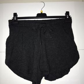 COMFY shorts fra Moss Copenhagen. De kan sagtens bruges af størrelse S og M også, så bliver de bare lidt strammere ved lårene. For en XS er det MEGET løse ved lårene. Farven er meget mørk grå (ligner nærmest en støvet sort). De er brugt én gang og vasket både før og efter brug (så to gange). De har en pæn sløjfe foran som kan bindes efter ønske (;