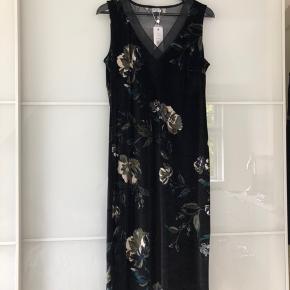 Sort velour kjole ALDRIG BRUGT💃🏻 Kjolen hænger desværre i skabet og bliver ikke brugt.