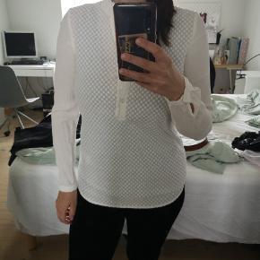 Meget smuk Soft Rebels skjorte i xs. Den er lidt gennemsigtig på ryggen og har fint mønster foran.